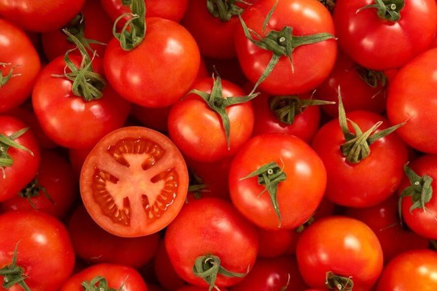 Dùng cà chua chà lên da bị mụn tẩy tế bào chết là khâu cần thiết giúp loại bỏ mụn đầu đen