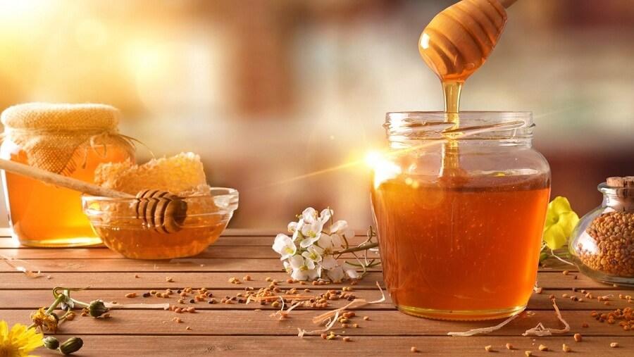 Trong mật ong chứa nhiều chất kháng khuẩn giúp đánh bay đi mụn đầu đen