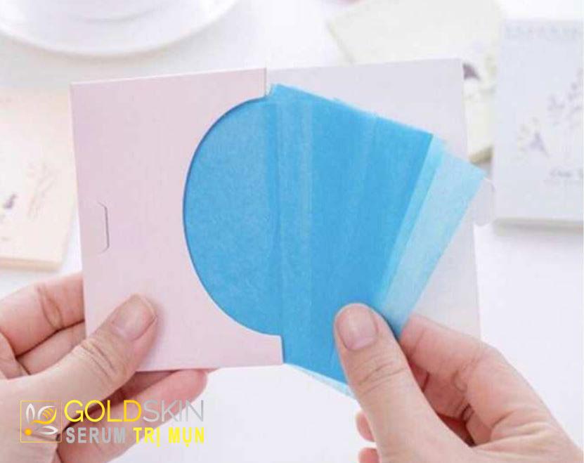 Sử dụng giấy thấm dầu là lựa chọn cứu cánh cho chị em da dầu