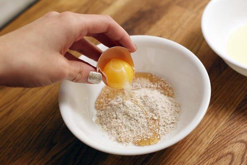 Mặt nạ bột cám gạo kết hợp với trứng gà giúp đánh bay mụn ẩn và làm sáng mịn da hiệu quả