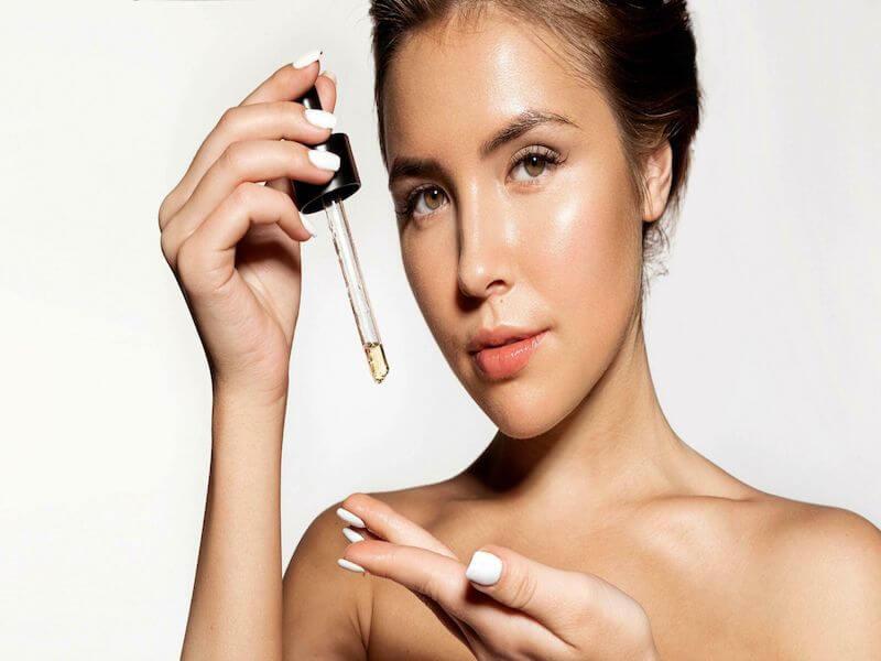 Sử dụng các sản phẩm chứa dầu dễ gây mụn tắc lỗ chân lông làm tình trạng trầm trọng hơn