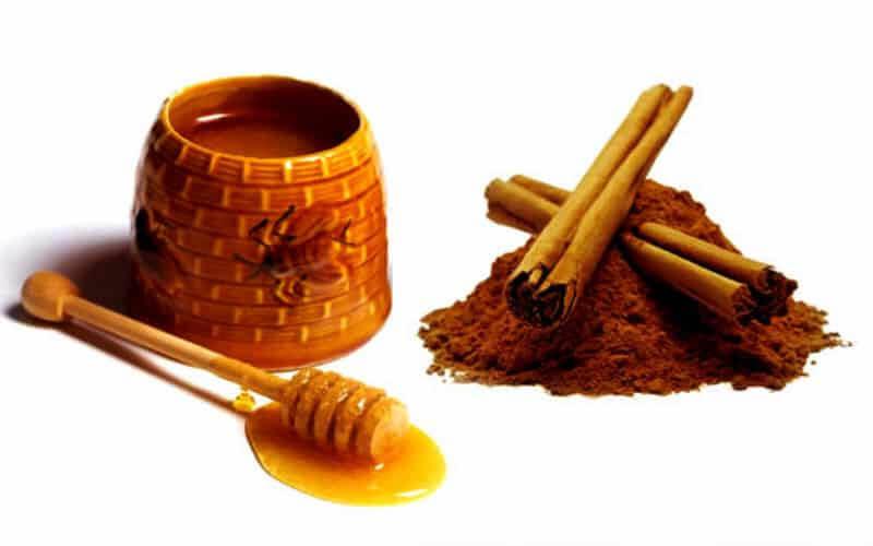 Hỗn hợp bột nhão bằng mật ong và bột quế theo tỉ lệ 3 mật ong : 1 bột quế