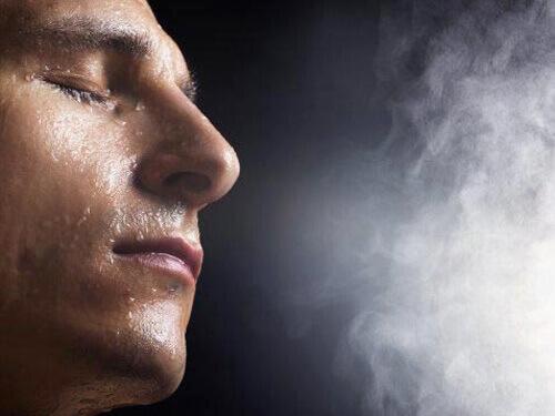Xông mũi bằng hơi nước nóng là cách điều trị mụn đầu đen cho nam khá là tốt