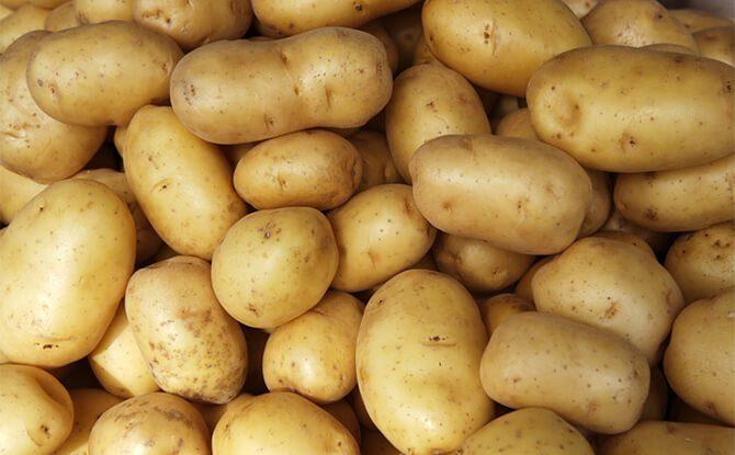 Đắp mặt nạ khoai tây tươi chữa mụn, giảm kích ứng và cấp nước cho làn da
