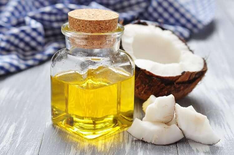 Các axit béo từ dầu dừa có thể đi sâu vào trong lỗ chân lông, cuốn sạch đi bã nhờn, dầu thừa, bụi bẩn và cặn trang điể