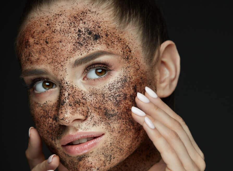 Việc làm sạch da bằng những sản phẩm tẩy da chết sẽ giúp cho lỗ chân lông luôn sạch sẽ, không còn bụi bẩn