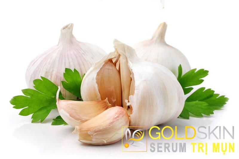 Tỏi chứa nhiều các hoạt chất giúp làm giảm sưng, tiêu viêm, kháng viêm, kháng khuẩn,…