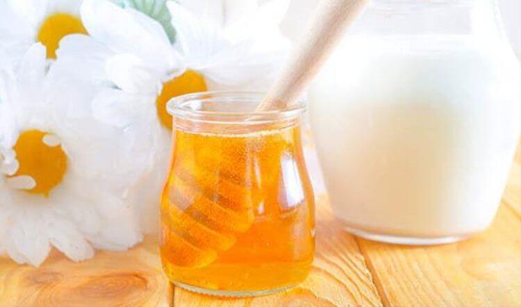 Mật ong không chỉ là chất dưỡng ẩm một cách tự nhiên tuyệt vời mà nó còn có tính kháng lại khuẩn mạnh