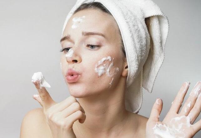 Giữ sạch da là phương pháp đơn giản mà tốt nhất là để trị mụn đầu đen