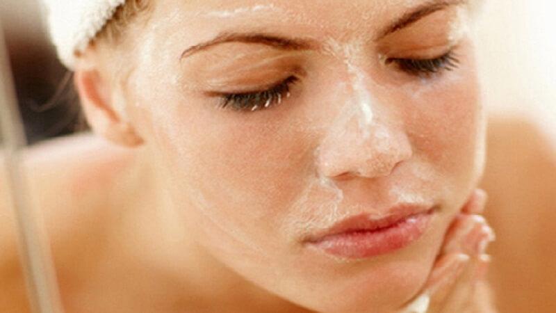 Tẩy tế bào chết sẽ giúp loại bỏ đi da chết, bã nhờn và các loại bụi bẩn khác trên da