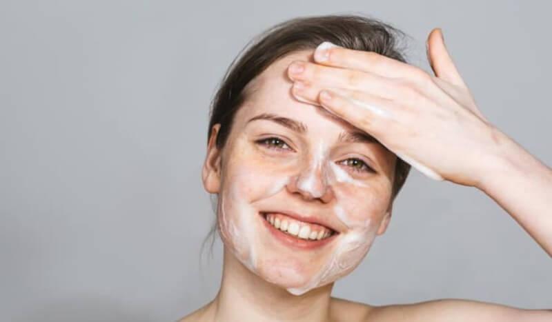Bước đầu tiên khi bắt đầu một quy trình trị mụn là luôn giữ khuôn mặt sạch sẽ