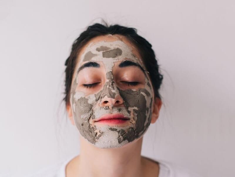 Mặt nạ từ đất sét hoặc than hoạt tính có chức năng làm sạch sâu cho lỗ chân lông