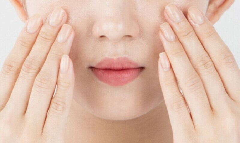 Dùng dầu tẩy trang trước và toner sau khi rửa mặt để loại bỏ đi bã nhờn sâu trong lỗ chân lông
