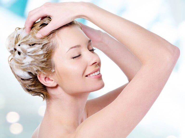 Bụi bẩn đọng lại trên tóc cũng sẽ góp phần vào việc làm tắc lỗ chân lông
