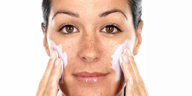 Nên tẩy da chết khoảng 2 tuần/lần đối với da dễ mẫn cảm và nhớ dưỡng ẩm sau khi đã tẩy tế bào chết