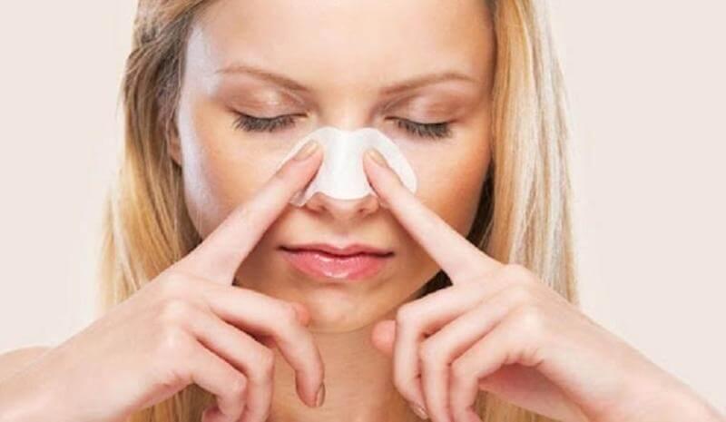 Lột mụn quá nhiều sẽ khiến da sẽ bị tổn thương, làm vỡ các mạch máu nhỏ ở trên da