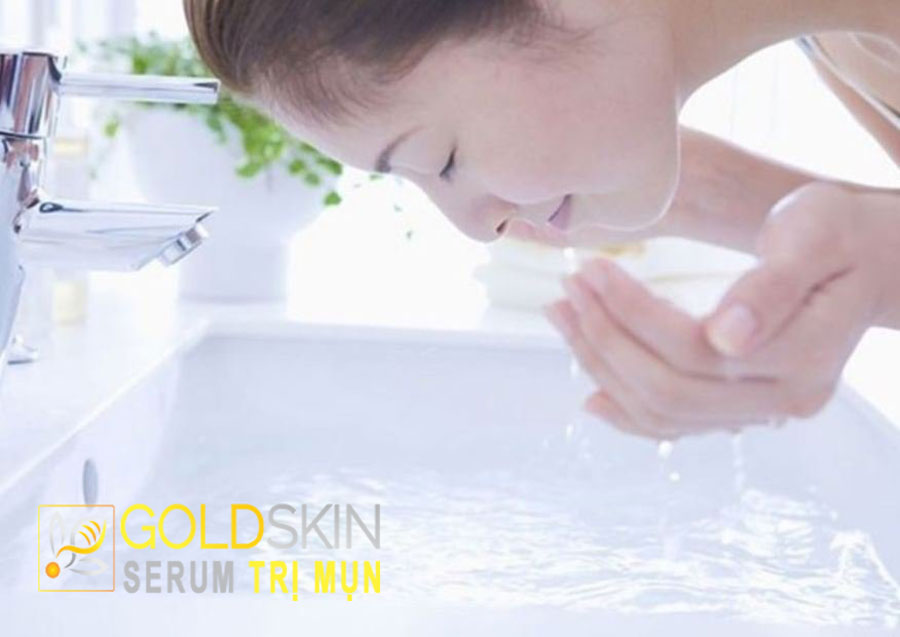 Rửa mặt một lần một ngày vào ban đêm là phù hợp nhất đối với làn da khô