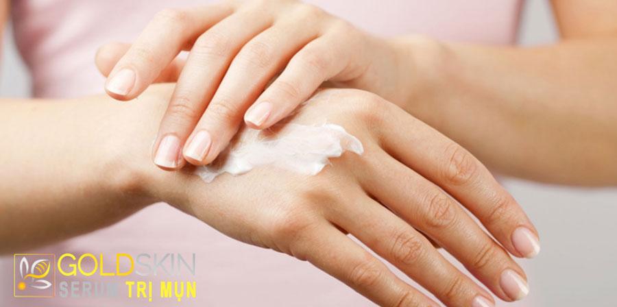 Thoa kem dưỡng ẩm ngay sau khi tắm xong hoặc rửa tay