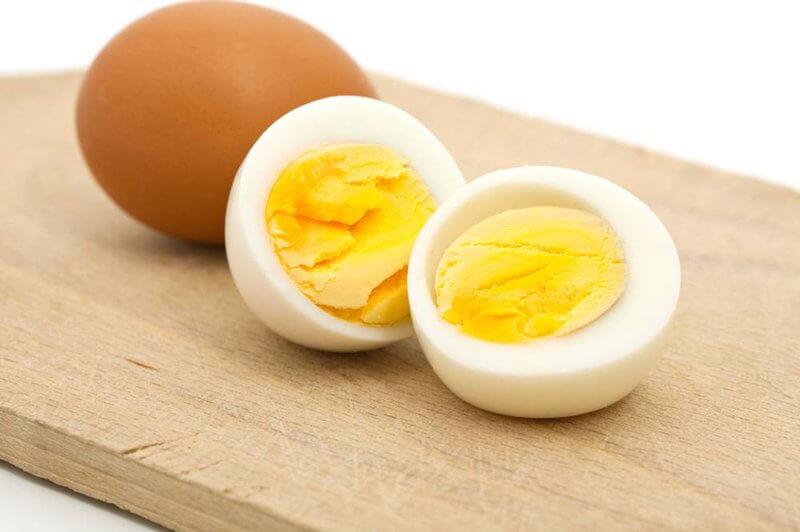 Dùng trứng gà luộc bọc trong 1 chiến khăn mỏng mềm rồi thoa lên các vùng mụn giúp trị mụn đầu đen