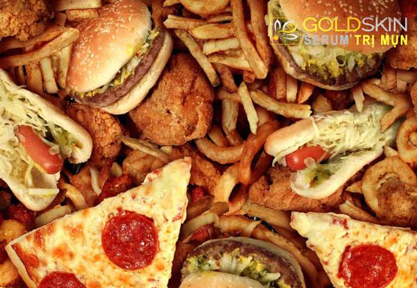 Chế độ ăn uống không lành mạnh cũng có thể hình thành nên tình trạng mụn ẩn dưới da.