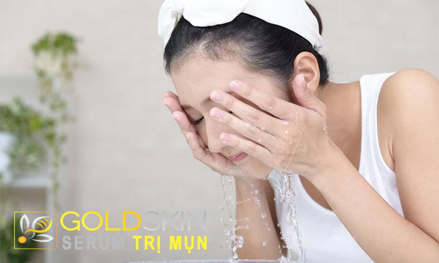 Tẩy trang thật kĩ và rửa mặt lại với sữa rửa mặt để da được làm sạch đúng cách