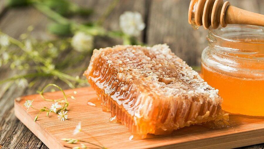 Trị mụn đầu đen từ mật ong nguyên chất là cách đơn giản nhất.