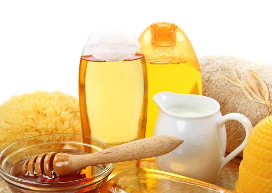 Sữa chua không đường thường được kết hợp với mật ong nguyên chất để tăng hiệu quả trị mụn đầu đen