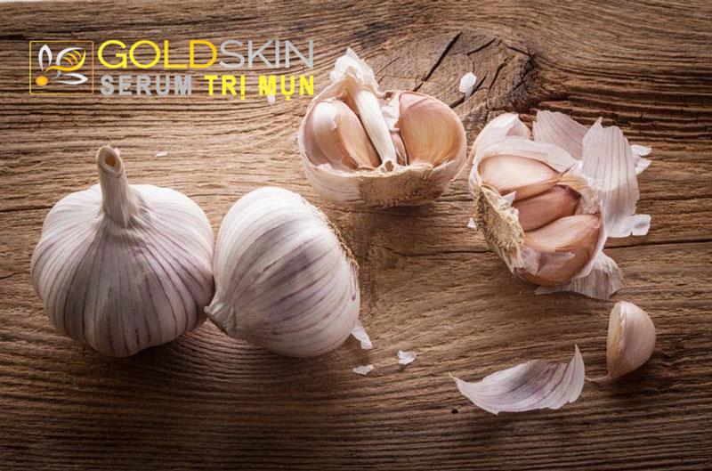 Tỏi chứa hàm lượng lớn các Vitamin B1, B2, E với đặc tính có oxy hóa sẽ giúp làm mềm da
