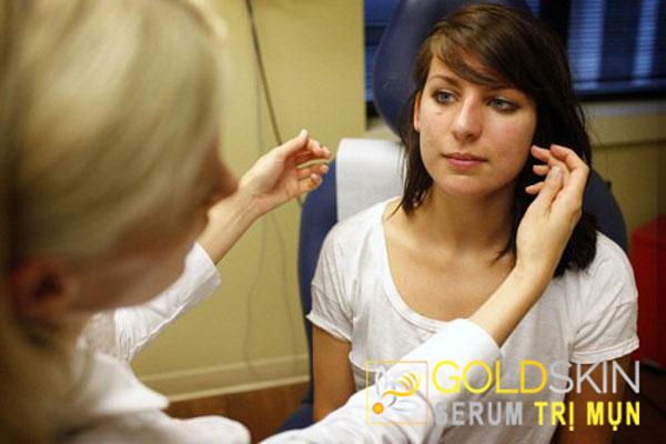 Lựa chọn tốt nhất là khám da liễu để được chẩn đoán và điều trị kịp thời.