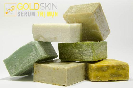 Nên sử dụng xà phòng chứa vitamin E, dầu oliu để không bị khô ráp