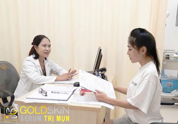 Nên đến gặp bác sĩ chuyên khoa da liễu để được thăm khám và tư vấn hướng điều trị hiệu quả