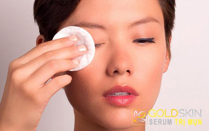 Lau sạch lớp mỹ phẩm bằng nước tẩy trang sẽ giúp làn da không bị bí tắc, nổi mụn