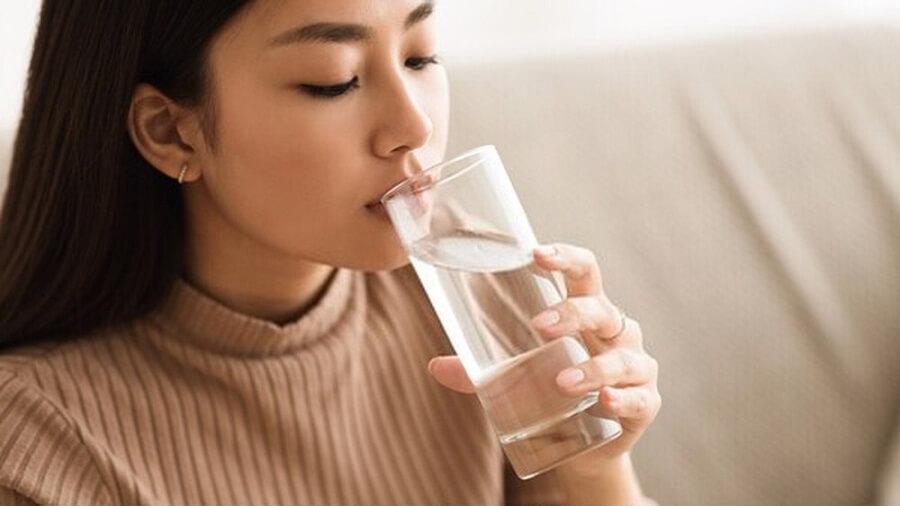 Khi thiếu nước dẫn đến da bị khô, buộc tuyến bã nhờn phải hoạt động mạnh hơn để cấp ẩm cho da khiến da thừa dầu