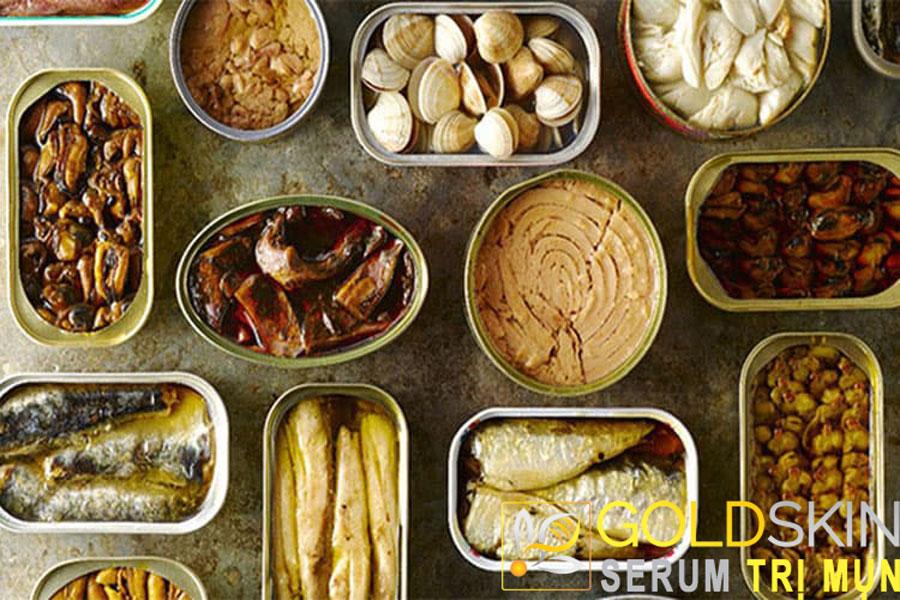 Thực phẩm đóng hộp làm tăng lượng đường trong cơ thể, khiến da tiết nhiều dầu hơn, dễ phát sinh mụn.