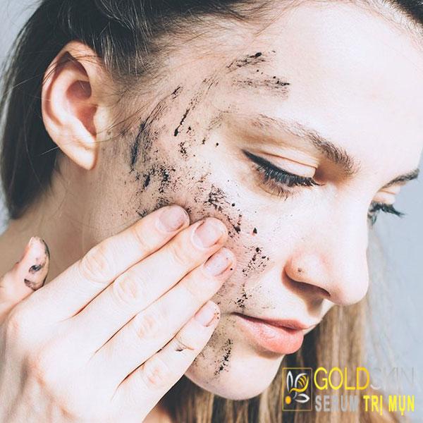 Than hoạt tính có công dụng hấp thụ bụi bẩn, tạp chất có trên da, giúp da sạch mụn.