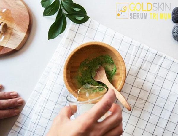 Bột trà xanh giúp hấp thụ các tạp chất và loại bỏ mụn đầu đen hiệu quả