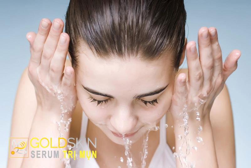 """Làm sạch da là bước rất quan trọng trong việc """"đánh bay"""" mụn đầu đen"""