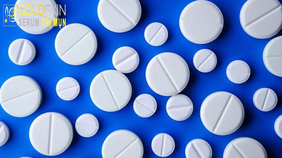 Bạn cũng có thể nghiền Aspirin, bôi lên vùng da bị mụn nhằm mục đích chống viêm