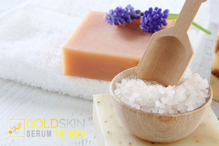 muối biển hoặc muối hồng giúp điều trị mụn tốt hơn