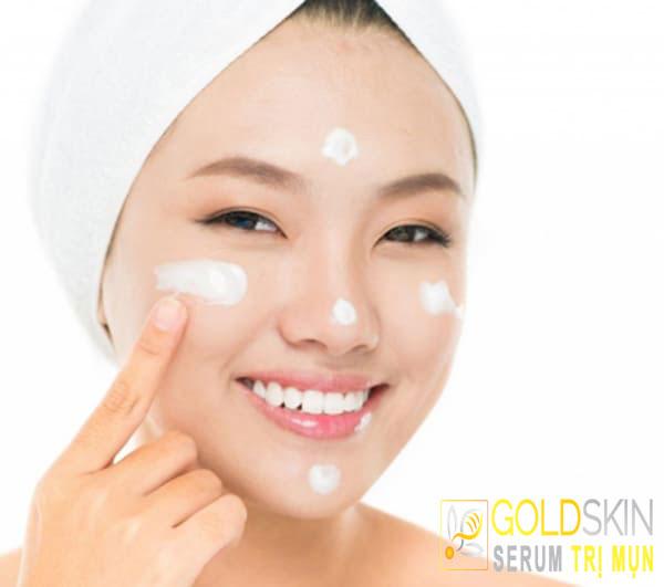 Kem dưỡng ẩm phù hợp sẽ giúp hỗ trợ điều trị mụn đầu đen
