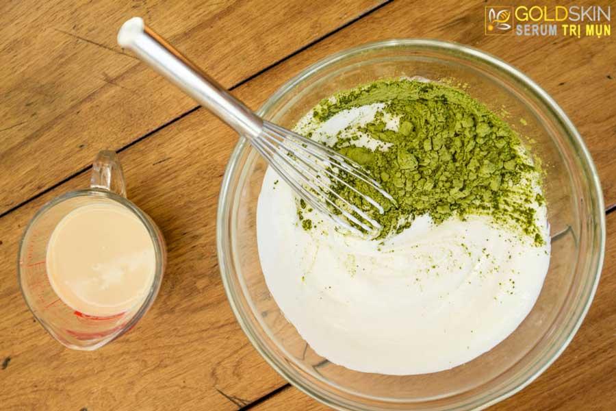 Bột trà xanh kết hợp với sữa chua không đường