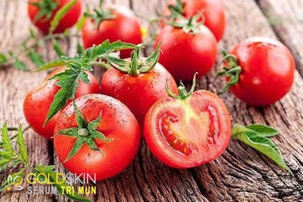 Cà chua là nguyên liệu nên tận dụng để làm sạch da và đánh bay những đốm mụn đầu đen, mụn cám