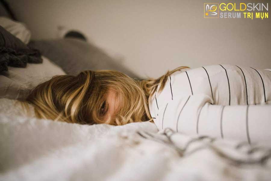 Stress kéo dài cũng có thể gây ra mụn lưng