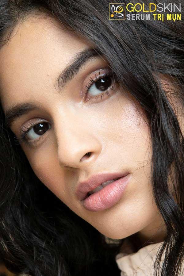 Mụn đầu đen là khuyết điểm trên gương mặt dễ khiến nhiều phụ nữ cảm thấy tự ti.