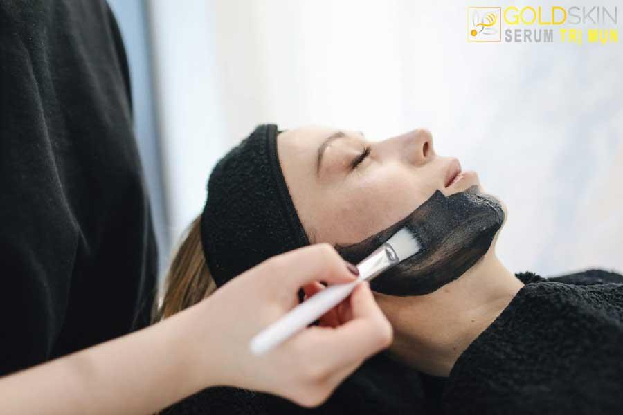 Bạn có thể sử dụng mặt nạ đất sét khi điều trị mụn đầu đen.