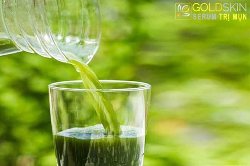 Rửa mặt bằng nước mướp cũng là một phương pháp trị mụn