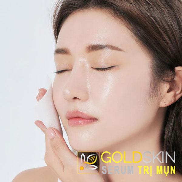 Làn da luôn bóng nhờn, lỗ chân lông to và hay bị nổi mụn là các biểu hiện thường thấy của da dầu.