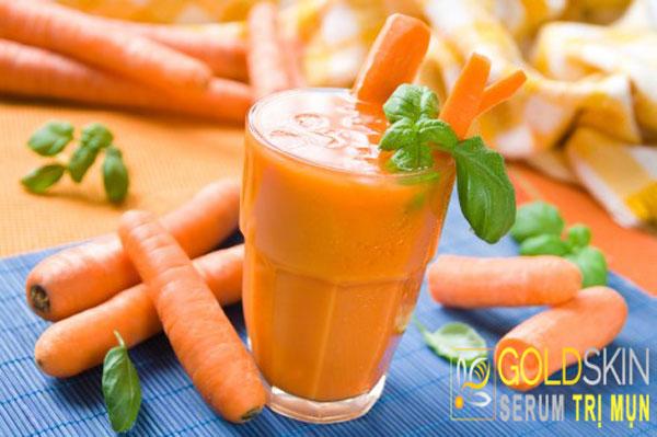 Áp dụng nước ép cà rốt như sữa rửa mặt mỗi ngày giúp da sáng và mờ thâm.