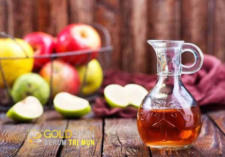Dùng giấm táo làm sạch mụn đầu đen ở mũi.