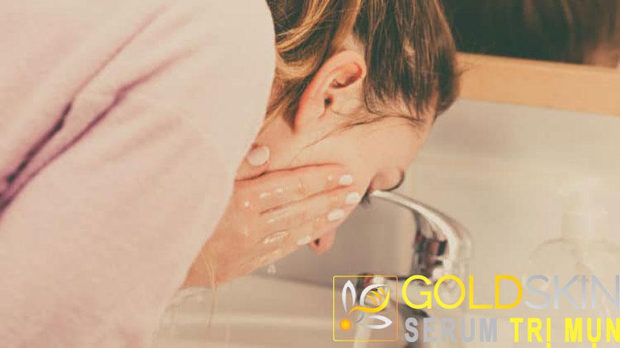 Vệ sinh da mặt sạch sẽ hằng ngày là 1 trong những bước cần thiết để trị mụn đầu đen